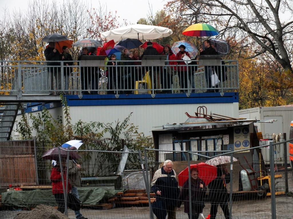 Die erste Station war auf der Besucherplattform.  Bild: K. Böhler