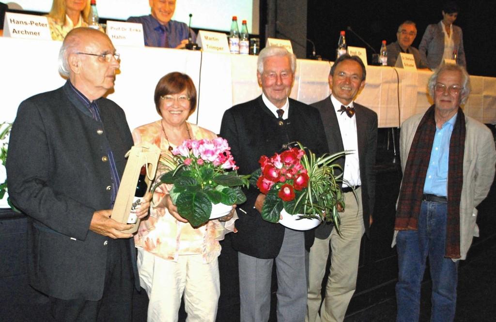 Der Vorstand würdigte das herausragende Engagement von Ute Hempel, langjährige Geschäftsführerin des Vereins, und den beiden ehemaligen Vorstandsmitgliedern Hermann Fünfgeld und Friedrich Haag mit der Ehrenmitgliedschaft.  Bild: U. Hempel