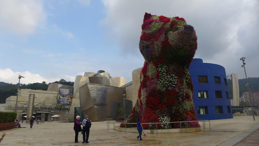 Puppy, der 12 Meter große Blumenhund von Jeff Koons bewacht den Eingang des Guggenheim-Museums.