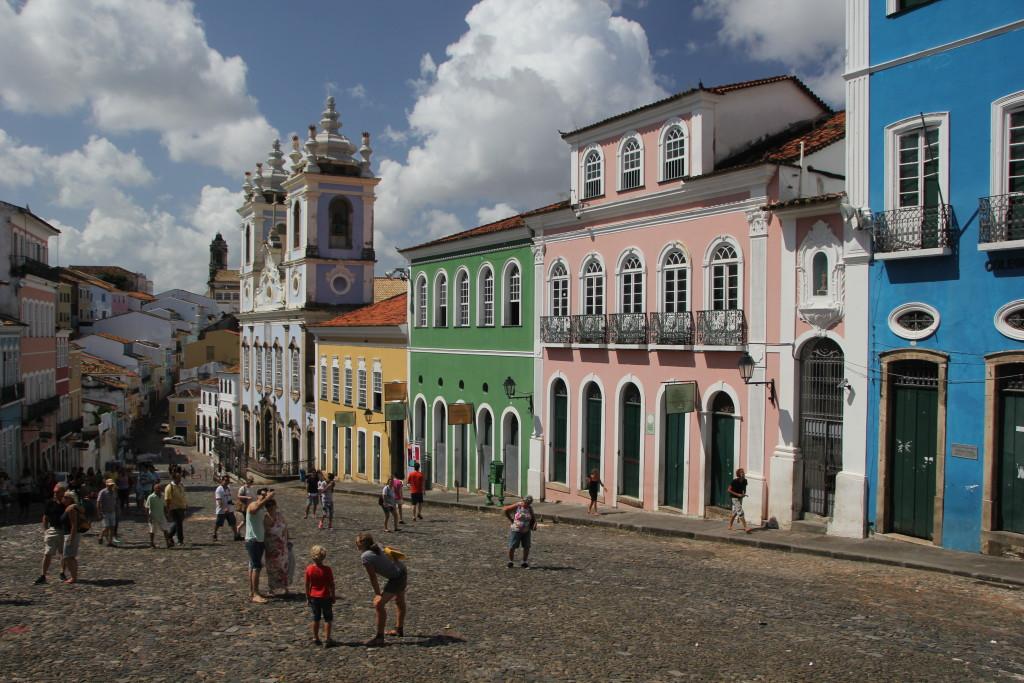 Ein besonderes Merkmal der Altstadt von Saslvador da Bahia sind die vielen bunten Häuser, die oft mit sehr feinen Stuckarbeiten verziert wurden. Bild: A. Kwet