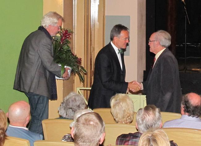 Prof. Dr. Dieter Jauch und Prof. Georg Fundel bedanken sich bei Helmut Laukemann für die jahrelange Unterstützung. Bild: S. Wild