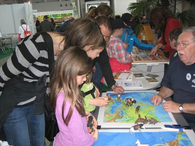 """Für Kinder hatten die Wilhelmabegleiter ihr Quiz """"Kennst Du die Heimat der Wilhelmatiere?"""" mitgebracht. Bild: N. Warth"""