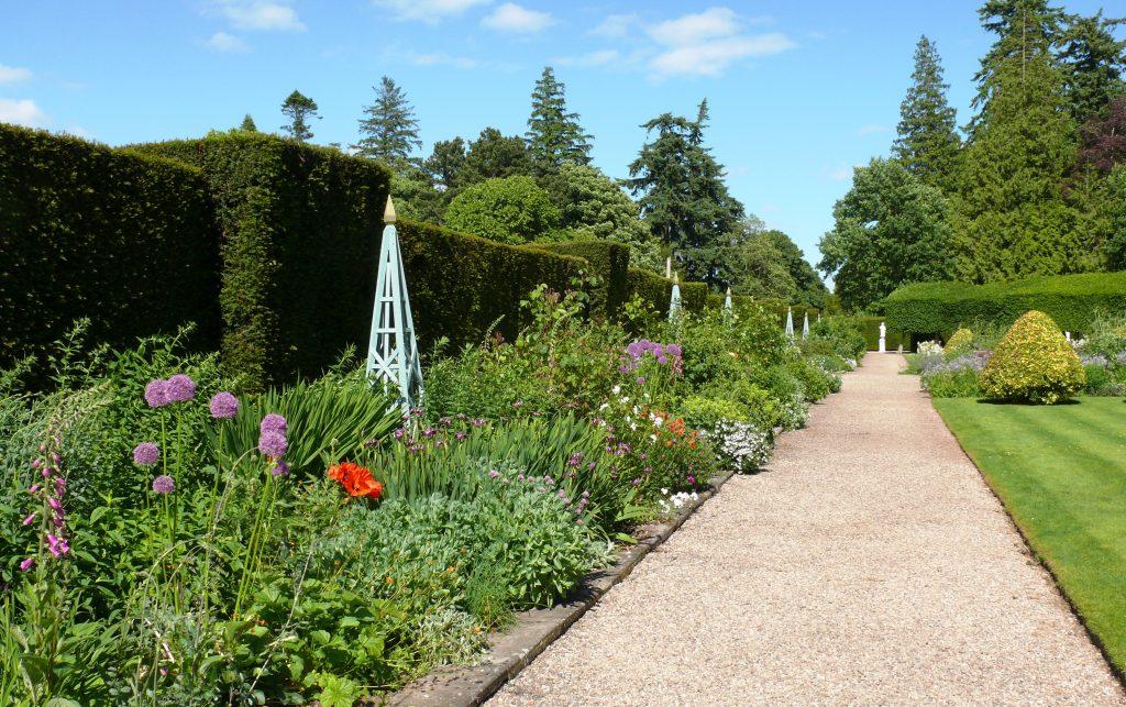 glamis-castle_garden